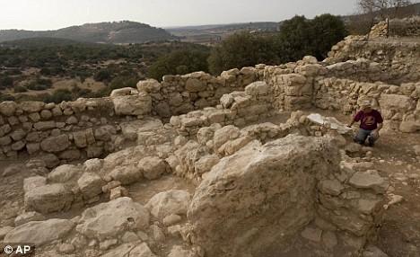 prof-yossi-garfinkel-at-excavation-site